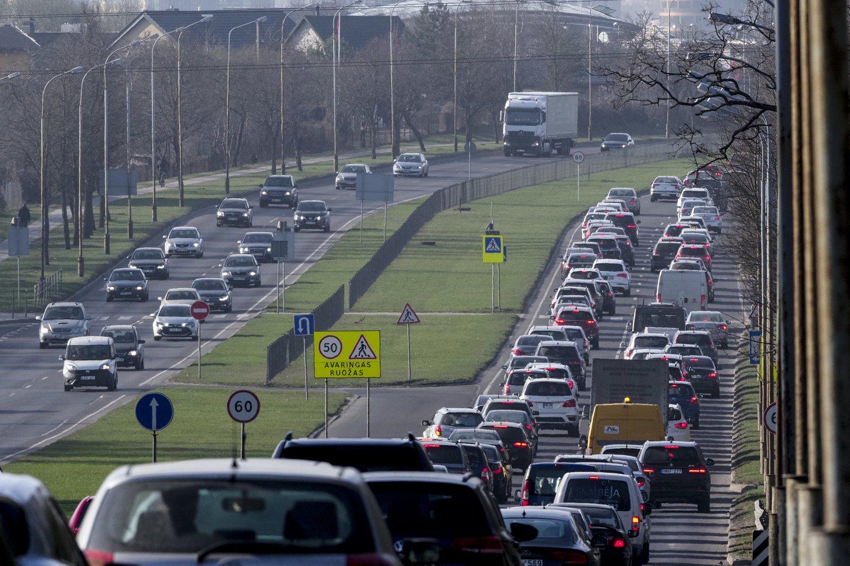 Šią vasarą ne mažiau kaip penkiose Vilniaus vietose bus matuojama automobilių keliama tarša realiomis jų važiavimo sąlygomis.<br>V.Ščiavinsko nuotr.