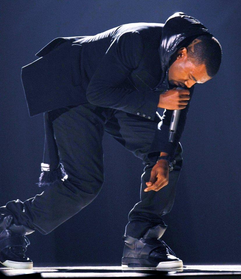 """""""Yeezy"""" prekės ženklo juodos spalvos sportbačius su auliukais K.Westas avėjo per 2008 m. """"Grammy"""" apdovanojimų ceremoniją atlikdamas savo kūrinius """"Hey Mama"""" ir """"Stronger"""".<br>Reuters/Scanpix nuotr."""