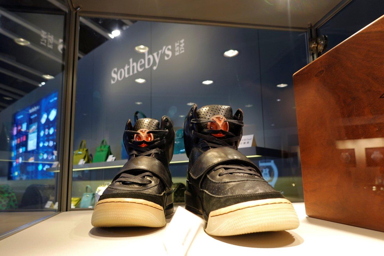 """Amerikiečių reperio Kanye Westo (43 m.) kartą avėtų sportinių batų """"Nike Air Yeezy"""" pora buvo parduota už 1,5 mln. eurų – triskart brangiau, nei kada nors buvo sumokėta už sportbačius.<br>Reuters/Scanpix nuotr."""