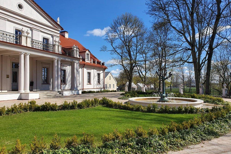 Savaitgalį ekskursijų sezonas pradėtas  Rokiškio rajone esančiame Ilzenbergo dvare.<br>Komunikaciniai projektai nuotr.