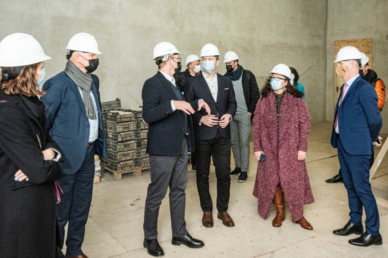 Ministrė pirmininkė I.Šimonytė ir kultūros ministras S.Kairys domėjosi, kaip vyksta Lietuvos nacionalinio dramos teatro rekonstrukcija.<br>D.Matvejevo nuotr.