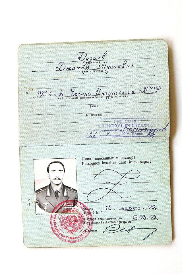 A.Dudajeva buvo šalia vyro jo žūties dieną. Našlė kaip prisiminimą saugo Čečėnijos prezidento asmeninius daiktus.<br>V.Ščiavinsko ir P.Lileikio nuotr.