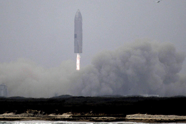 J.Bezosas brandina kosminius planus ir jau net sukūrė būsimos Mėnulio stoties vizualizaciją, tačiau dėl šio užsakymo jam teks pakovoti su konkurentais.<br>Zumapress / Scanpix nuotr.