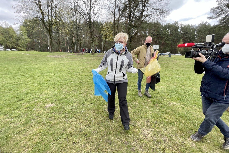 Šioje akcijoje šeštadienį dalyvavo ir premjerė Ingrida Šimonytė.<br>V.Ščiavinsko nuotr.