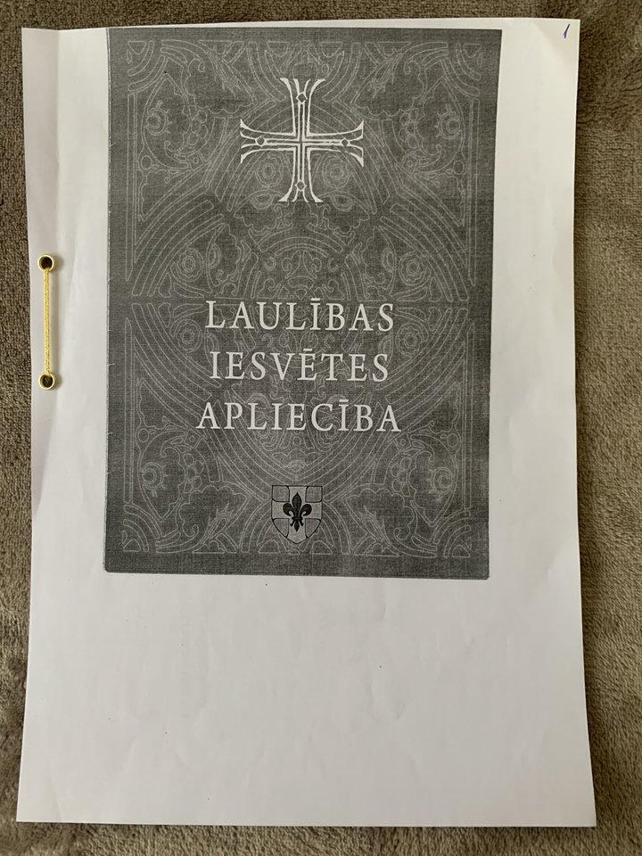 Latvijos bažnyčios klebonas iš Lietuvos atvykusiai porai išdavė santuokos liudijimą.<br>Nuotr. iš asmeninio albumo