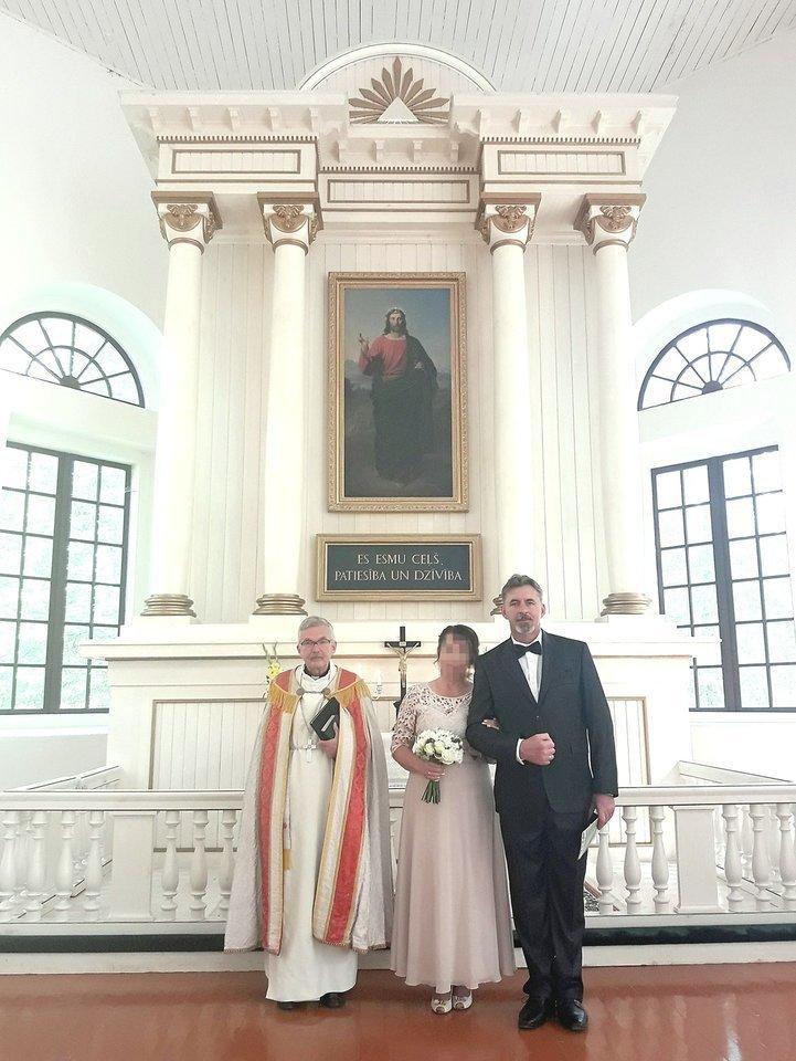"""""""Ceremonija prie altoriaus buvo graži ir iškilminga, mus palaimino latvis pastorius"""", – pasakojo Svetlana. O R.Bertašius tvirtino, kad tai nebuvo santuoka.<br>Nuotr. iš asmeninio albumo"""