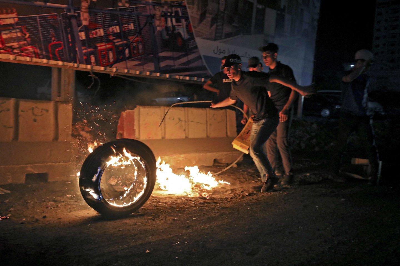 Izraelio policijai prieš palestiniečių protestuotojus aneksuotoje Rytų Jeruzalėje šeštadienį panaudojus vandens patranką ir gumines kulkas, buvo sužeisti dešimtys žmonių. <br>AFP/Scanpix nuotr.