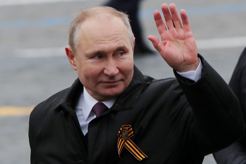 """V. Putinas Pergalės dieną sako """"tvirtai"""" ginsiąs Rusijos interesus. <br>Reuters/Scanpix nuotr."""