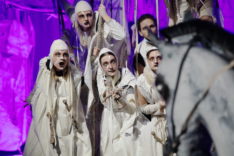 """Scena iš spektaklio """"Ne sau žmonės"""".<br>S.Baturos nuotr."""
