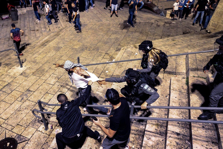 Prie Al Aksos mečetės komplekso Jeruzalėje pirmadienį įvyko susirėmimų tarp palestiniečių maldininkų ir Izraelio policijos. (Asociatyvi nuotr.)<br>Reuters/Scanpix nuotr.