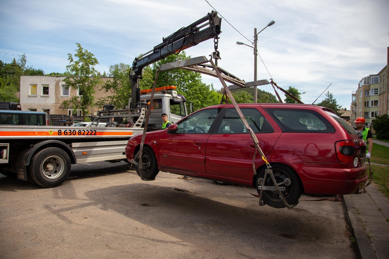 Be priežiūros paliktos stovėti transporto priemonės apriboja kitų vairuotojų galimybes naudotis bendromis vietomis automobiliams statyti.<br>J.Lengvino nuotr.