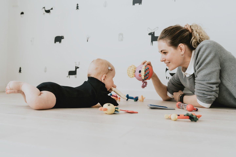 """""""Suteikite vaikui erdvės ir laiko tyrinėti savo kūno judesius, mokytis bei treniruotis savarankiškai,"""" – pataria tinklaraščio mazasdidelis.lt autorė Miglė.<br>Asmeninio albumo nuotr."""