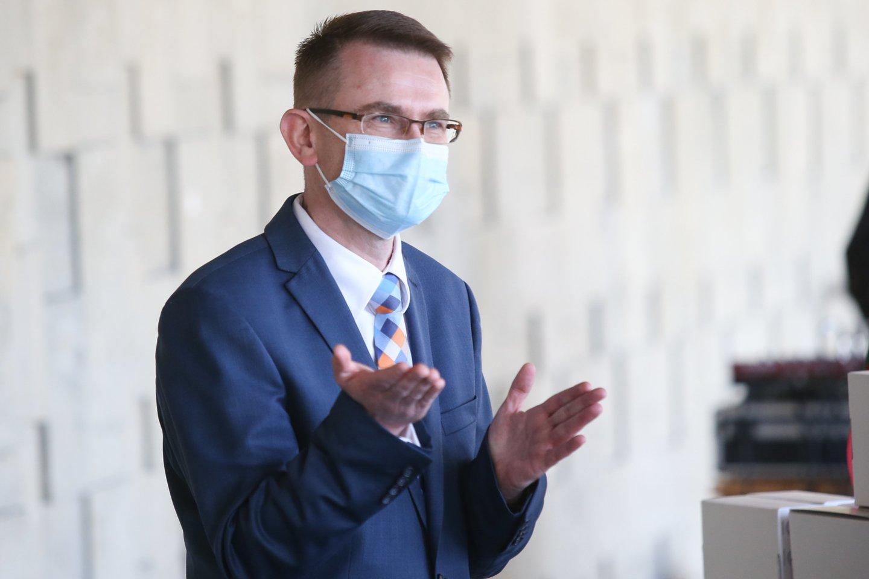 Sveikatos apsaugos ministrui A.Dulkiui jo pirmtakas A.Veryga vis dažniau pažeria kritikos.<br>R.Danisevičiaus nuotr.