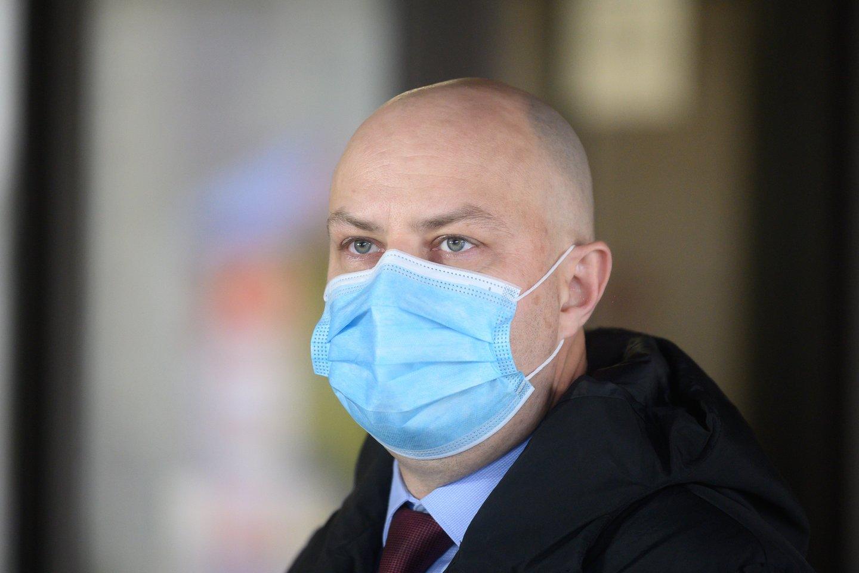 Sveikatos apsaugos ministrui A.Dulkiui jo pirmtakas A.Veryga vis dažniau pažeria kritikos.<br>V.Skaraičio nuotr.