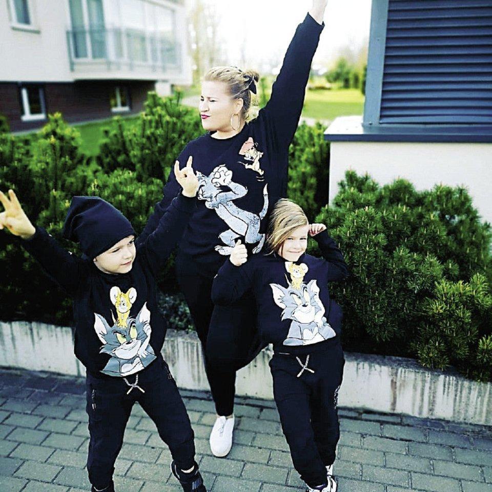 Verslininkė Erika Vitulskienė su vaikais pasipuošė vienodai ir... šoko!<br>Asmeninio albumo nuotr.