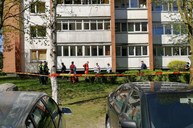 Kaune, Perkaso take antradienį pro daugiabučio langą iškrito vyras. Medikams nepavyko jo išgelbėti.<br>M.Patašiaus nuotr.