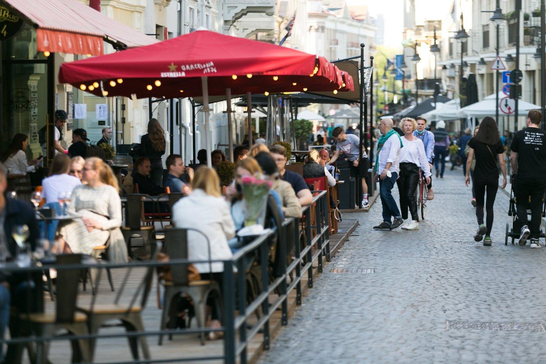 Sostinės gatvėse – minios žmonių: suskubo pasidžiaugti paskutine saulėta diena šią savaitę.<br>T.Bauro nuotr.
