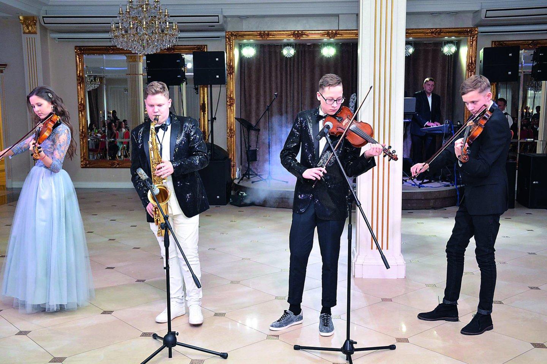 """2016 metais Gancevskių atžalos įkūrė kvartetą """"Keturi plius"""": ( iš kairės) Evelina, Robertas, Danielius, Augustinas.<br>Asmeninio albumo nuotr."""