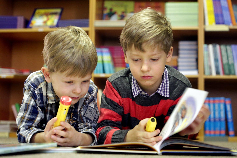 Tėvams patariama leisti vaikams patiems išsirinkti ką skaityti.<br>V.Balkūno nuotr.
