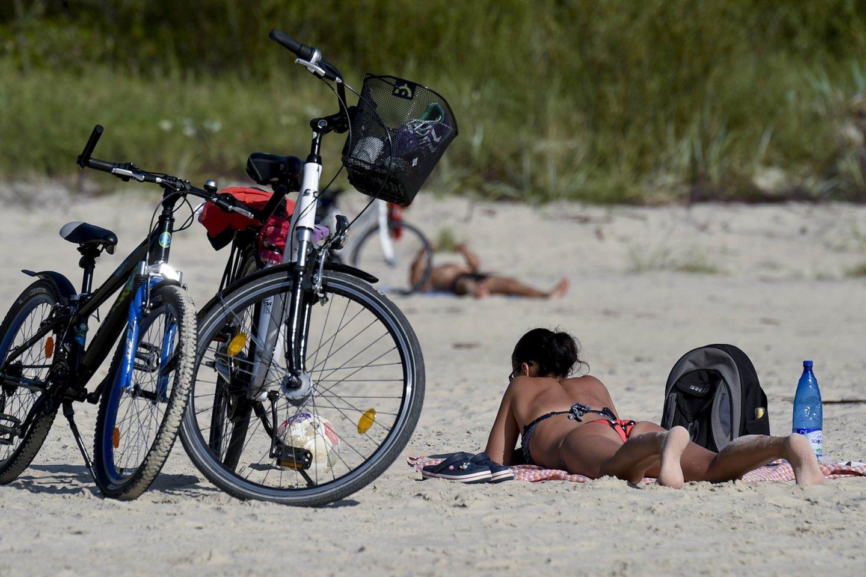 Palangoje prie jūros atvykę dviratininkai šią vasarą turės kur prirakinti dviračius, Šventojoje pirmąkart apmokestintas automobilių stovėjimas, o Palangoje jis bus dar brangesnis nei praėjusiais metais.<br>V.Ščiavinsko nuotr.