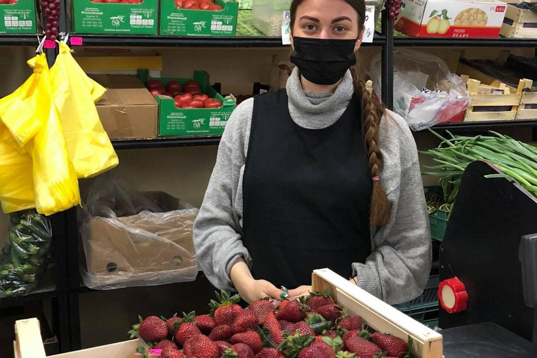Halėje braškėmis prekiaujanti Evelina sako, kad šilutiškiai noriai perka pirmąsias graikiškas braškes.<br>silutesnaujienos.lt nuotr.