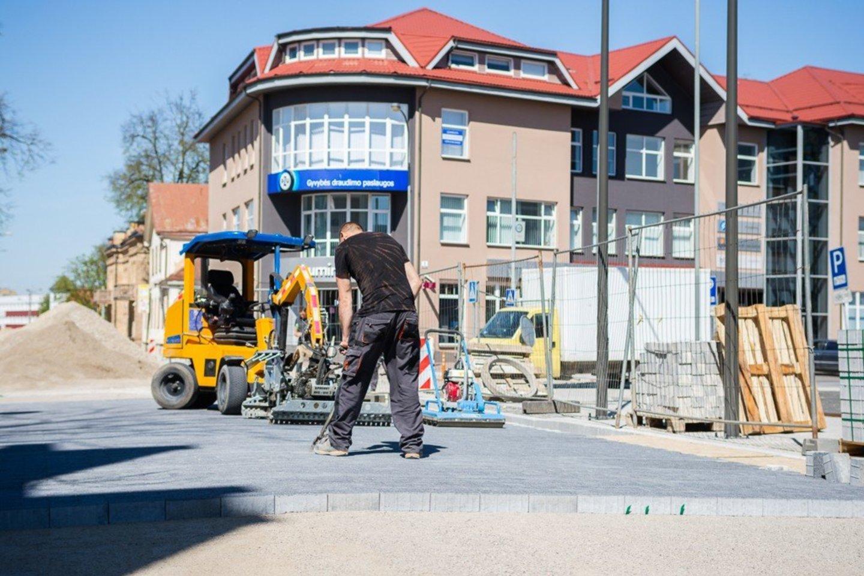 Darbininkai dirba Vasario 16-osios gatvės atkarpoje ir stengsis darbus atlikti, kad būtų galima atdaryti gatves eismui.<br>R.Ančerevičiaus nuotr.