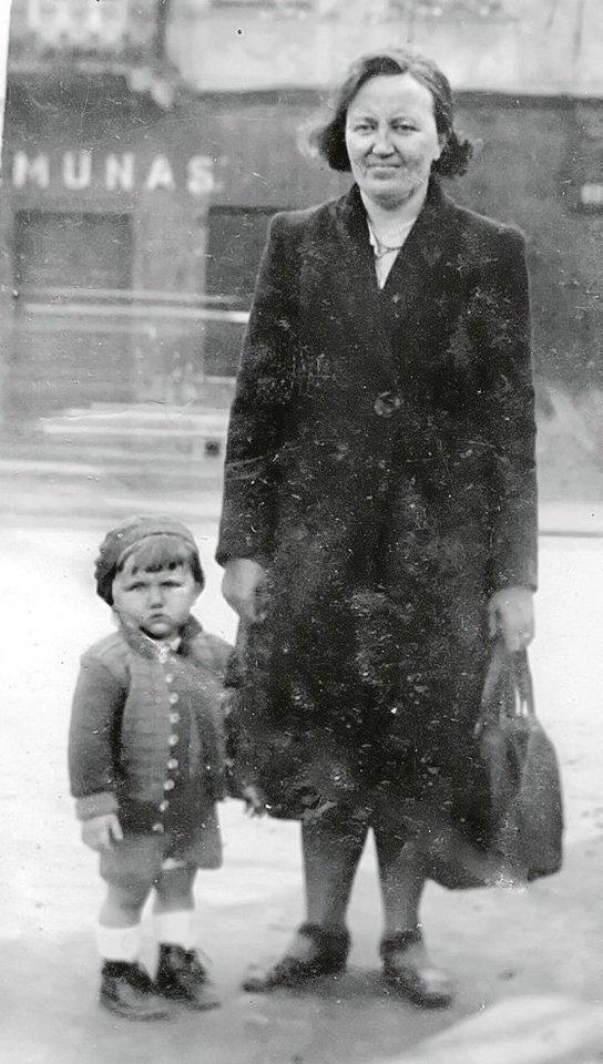 Donatas Katkus su mama Kaune, Nemuno gatvėje, 1944 m.<br>Leidėjų (asmeninio autoriaus archyvo) nuotr.
