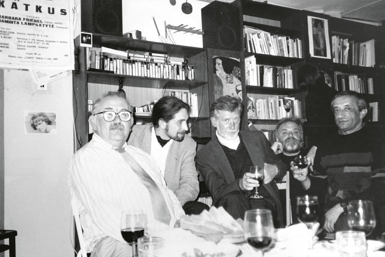 Iš kairės, Donatas Katkus, Tomas Žiburkus, Osvaldas Balakauskas, Motė Šmitas, Viačeslavas Ganelinas.<br>Leidėjų (asmeninio autoriaus archyvo) nuotr.
