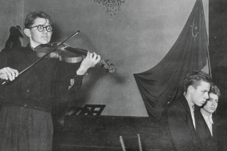 Juozo Gruodžio muzikos mokykla, mokinių koncertas. Akompanuoja Raimundas Kontrimas, puslapius varto Julius Andrejevas, 1959 m.<br>Leidėjų (asmeninio autoriaus archyvo) nuotr.