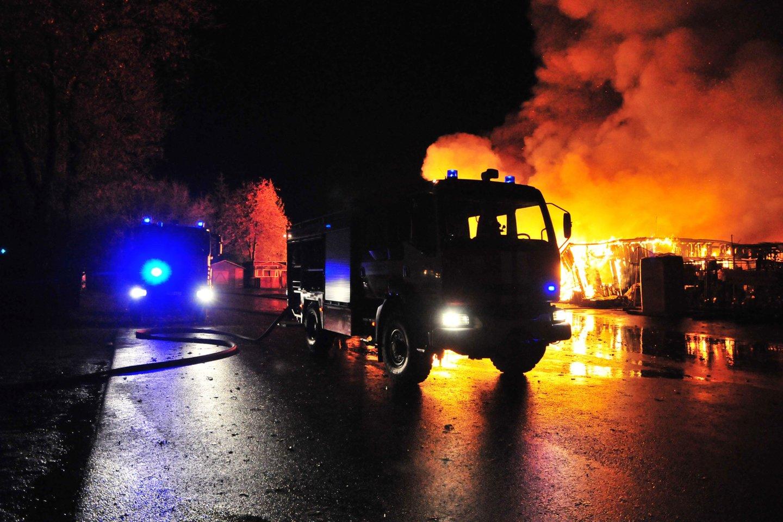 Garažo gaisras Tauragės rajone: viduje yra automobilis.<br>A.Vaitkevičiaus asociatyvi nuotr.