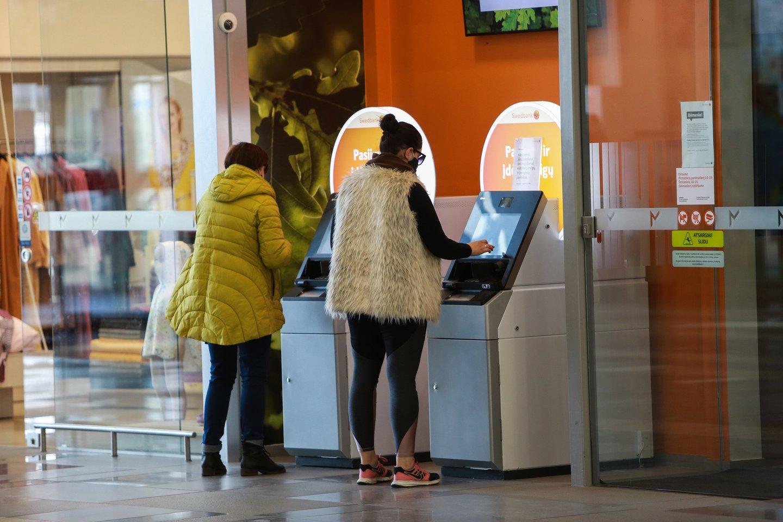 Lietuvoje siūloma bankomatus statyti taip, kad 95 proc. žmonių juos pasiektų 5 km spinduliu.<br>G.Bitvinsko nuotr.