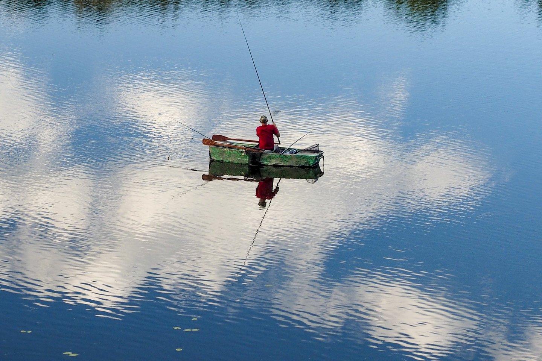 Ežeras,žvejas,oAplinkos ministerija sulaukia daug paklausimų dėl mėgėjų žvejybos draudimų galiojimorai<br>V.Ščiavinsko nuotr.