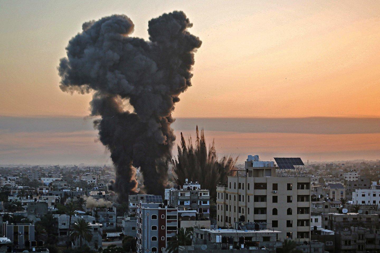 Prieš kelias dienas prasidėjusiam kruvinam konfliktui intensyvėjant, žuvusių palestiniečių skaičius jau viršijo 100.<br>AFP/Scanpix nuotr.