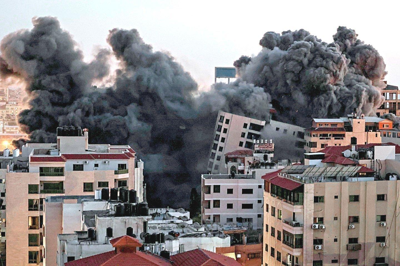 """Prieš kelias dienas prasidėjusiam kruvinam konfliktui intensyvėjant, žuvusių palestiniečių skaičius jau viršijo 100.<br>AFP/""""Scanpix"""" nuotr."""