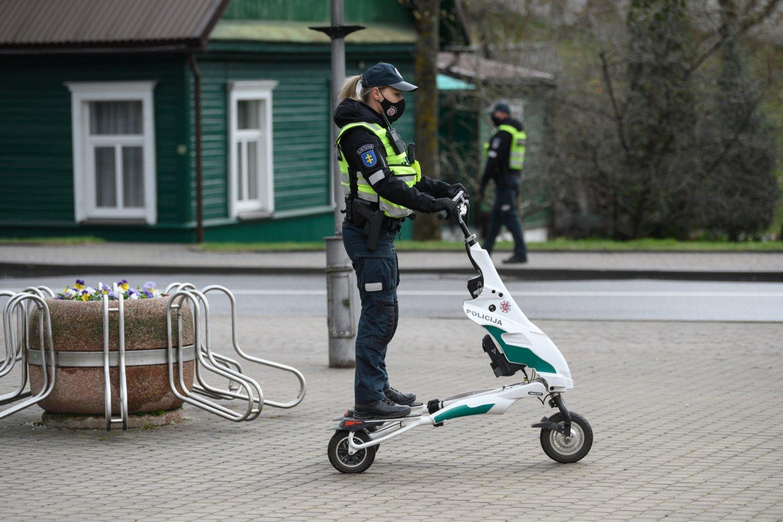 Nors aktyvios pramogos šiemet įsibėgėja kiek lėčiau, paspirtukų nuomotojai Klaipėdoje ir Palangoje jau spėjo nukentėti.<br>V.Skaraičio nuotr.