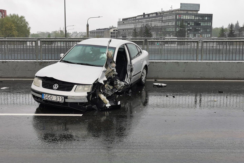 """Vilniuje """"VW Passat"""" rėžėsi į betoninius atitvarus, nukentėjo moteris.<br>T.Bauro nuotr."""