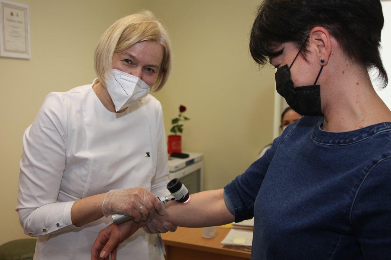 J. Česienė tikrina pacientę dėl melanomos.<br>Klaipėdos universitetinės ligoninės nuotr.