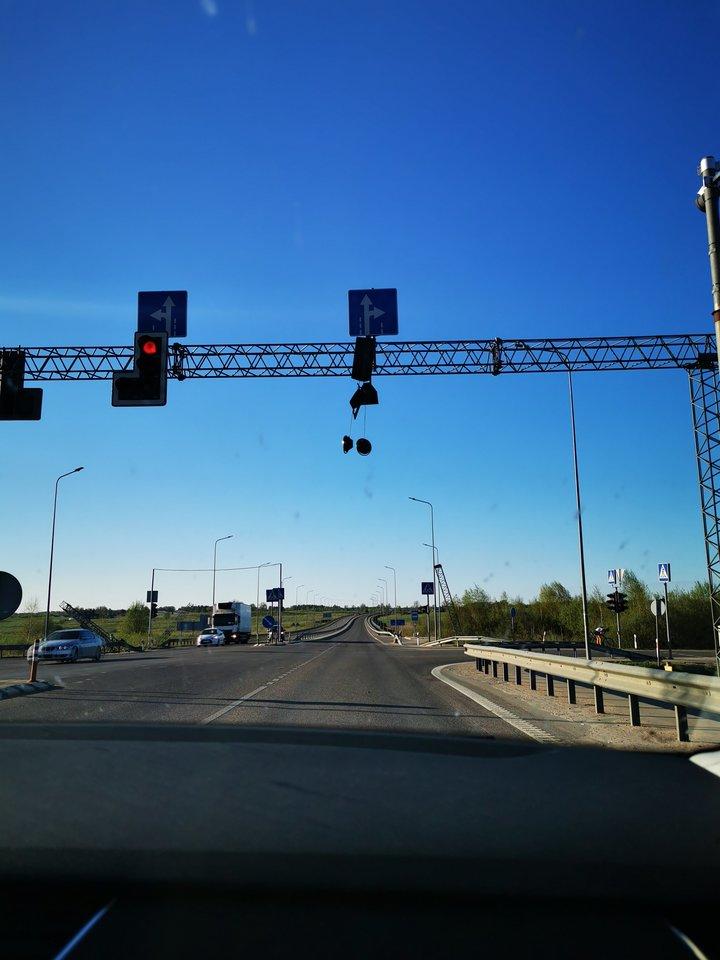 Trečiadienio vakarą Vilniaus rajone, važiuojant link Molėtų, judri sankryža buvo likusi be šviesoforo.<br>lrytas.lt skaitytojo nuotr.
