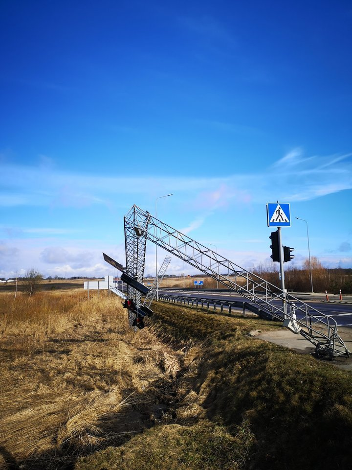 Trečiadienio vakarą Vilniaus rajone, važiuojant link Molėtų, judri sankryža buvo likusi be šviesoforo.<br>A.Vaitkevičiaus nuotr.