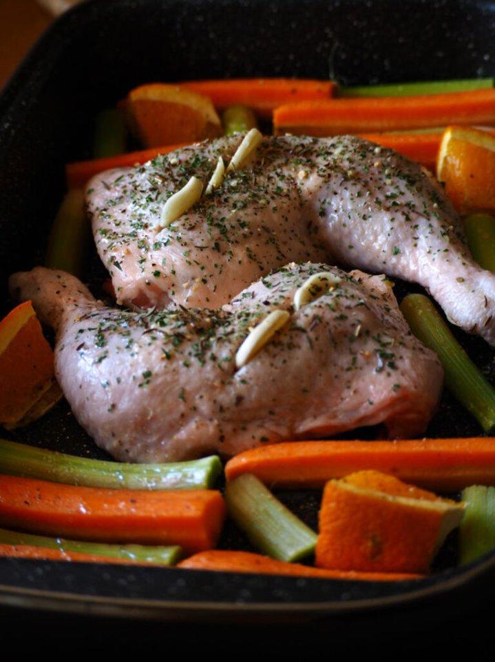 """Vištienos ketvirčiai su morkomis, apelsinais ir rabarbarais.<br>""""Kūmutės virtuvė"""" nuotr."""