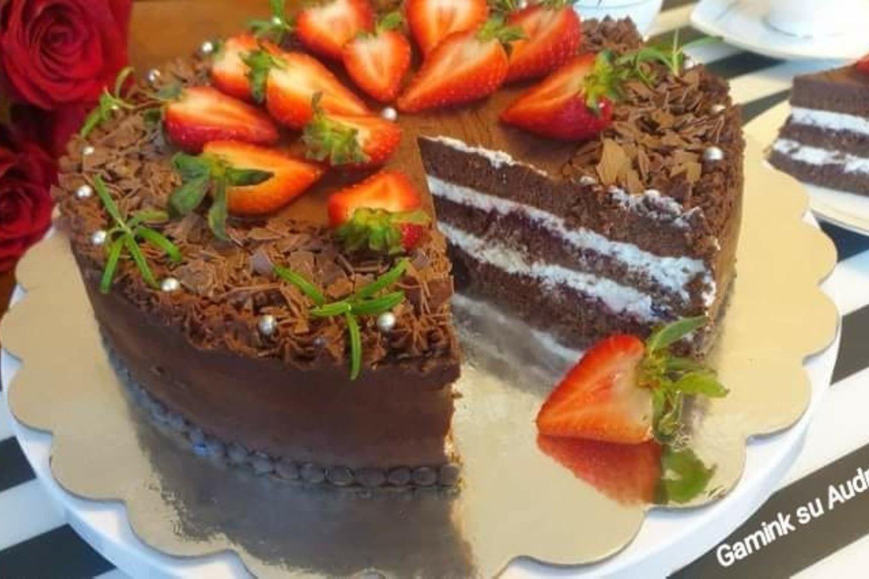 """Šokoladinis tortas su vyšniomis ir varškės kremu.<br>""""Gamink su Audrone"""" nuotr."""