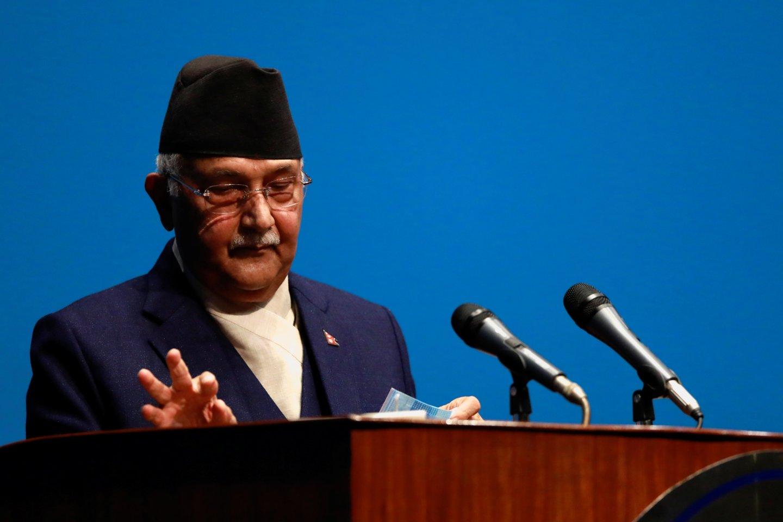 Nušalintas Nepalo ministras pirmininkas Khadga Prasadas Sharma Oli vėl buvo paskirtas premjeru, opozicijai neužsitikrinus daugumos įstatymų leidėjų palaikymo.<br>REUTERS/Scanpix nuotr.
