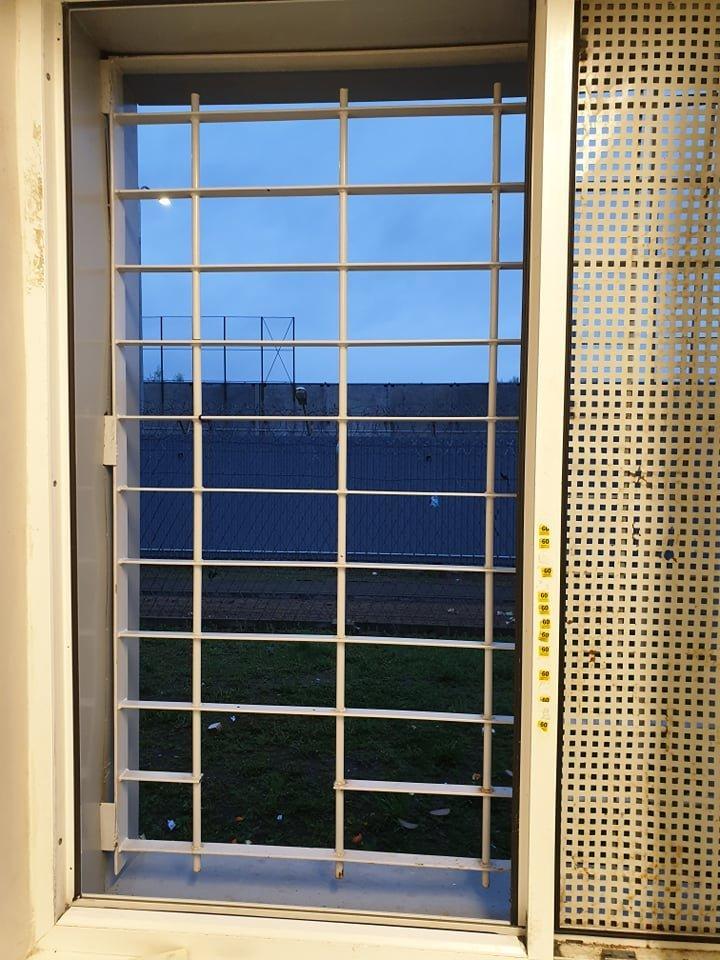 Kaliniai paspruko per neįtikėtinai mažą tarpelį grotose.<br>Kalėjimų departamento nuotr.