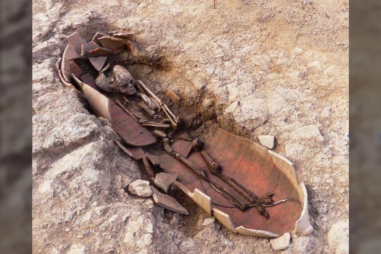 Prancūzijai priklausančioje Korsikos saloje atrastas senovinis nekropolis su 40 kapų – o tarp jų yra ir išskirtinių palaidojimų, kai žmogaus kūnas patalpintas milžiniškame cilindriniame inde.<br>Jean-Jacques Grizeaudo nuotr.
