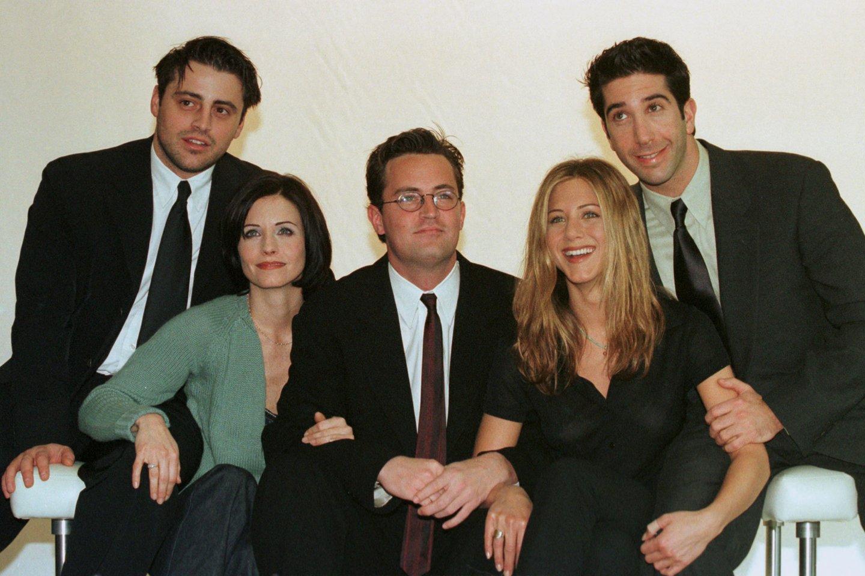 Mattas Le Blancas, Courteney Cox, Matthew Perry, Jennifer Aniston ir Davidas Schwimmeris 1998-aisiais.<br>Reuters/Scanpix nuotr.