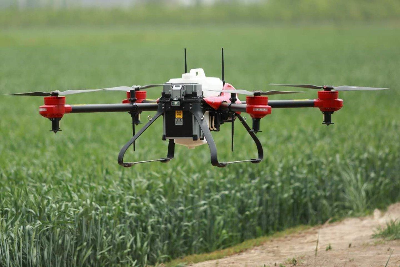 """Dronas gali atlikti daugybę funkcijų: sėti, tręšti, purkšti, stebėti pasėlių ir derliaus būklę, identifikuoti augalų ligas, atpažinti ir naikinti piktžoles, erkes ir kitus kraujasiurbius vabzdžius.<br>Bendrovės """"Agrodronas"""" nuotraukos."""