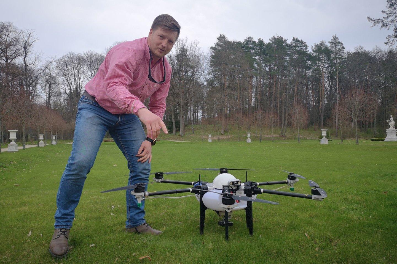 """Bendrovės """"Agrodronas"""" direktorius M. Dorelis kelia demonstracinį droną ir nekantrauja Lietuvos rinkai dar šią vasarą pristatyti moderniausių žemės ir miškų ūkiui skirtų bepiločių skraidyklių.<br>Bendrovės """"Agrodronas"""" nuotraukos."""