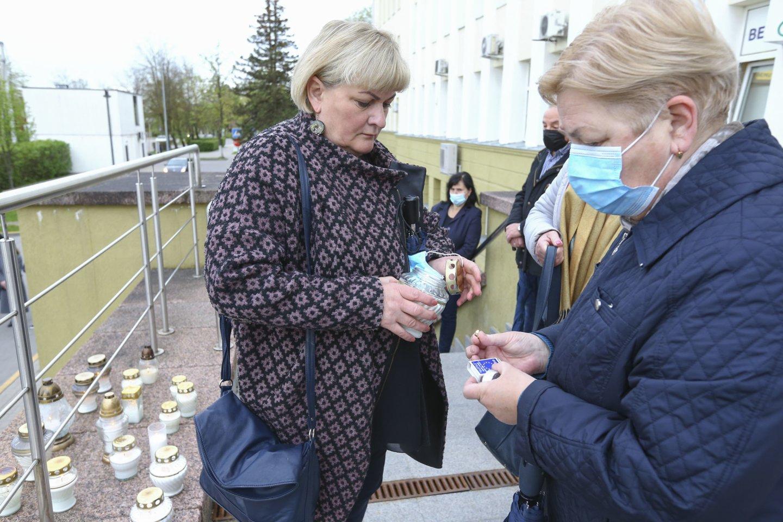 Šiaulių medikai nebylia akcija pagerbė Anapilin iškeliavusią kolegę.<br>G.Šiupario nuotr.