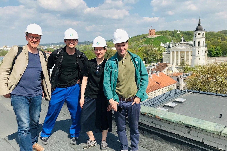 Lietuvos nacionalinio dramos teatro direktorius M.Budraitis, režisierius G.Jarzyna, K.Žičkytė, T.Spiewakas ant LNDT stogo.