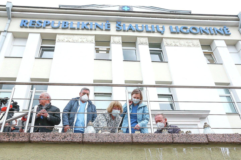 Šiaulių medikai surengė tylaus protesto akciją – juos įpykdė vadovybės draudimas pagerbti anapilin iškeliavusią gydytoją. Prie ligoninės pastato nušvito žvakės.<br>G.Šiupario nuotr.